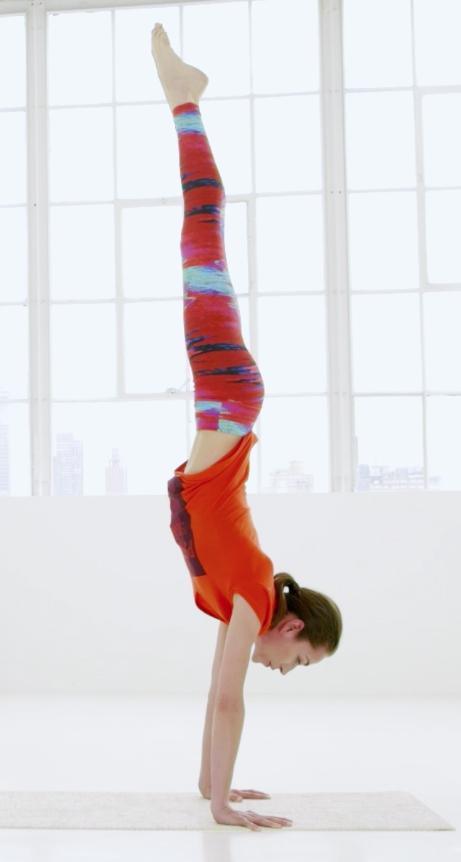 Tara Stiles en plena postura de Strala Yoga