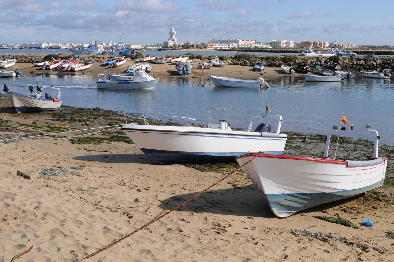 Barcas varadas en la playa de Isla Canela
