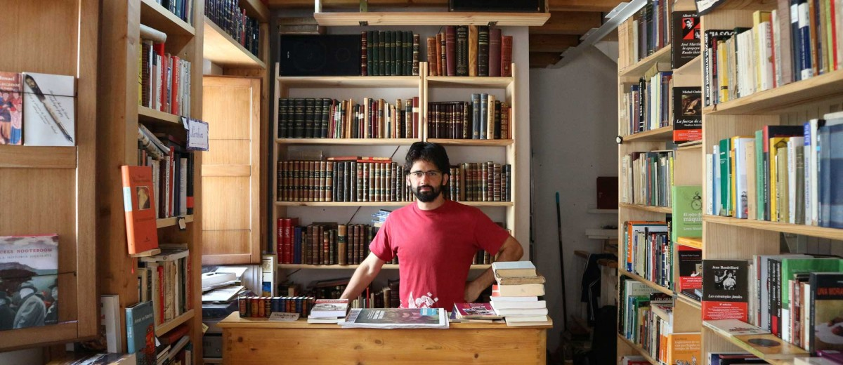 Rodrigo Ruíz, dueño de la librería Rincón del Ábrego. Fotografía de Clemente Corona