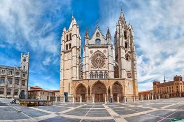 Vista panorámica de la Plaza de Regla y la catedral de León. ©bbsferrari, istock