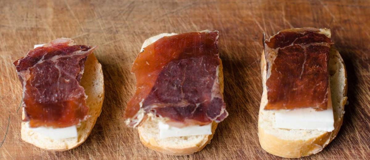 Tapa de cecina y queso. ©Acongar, istock