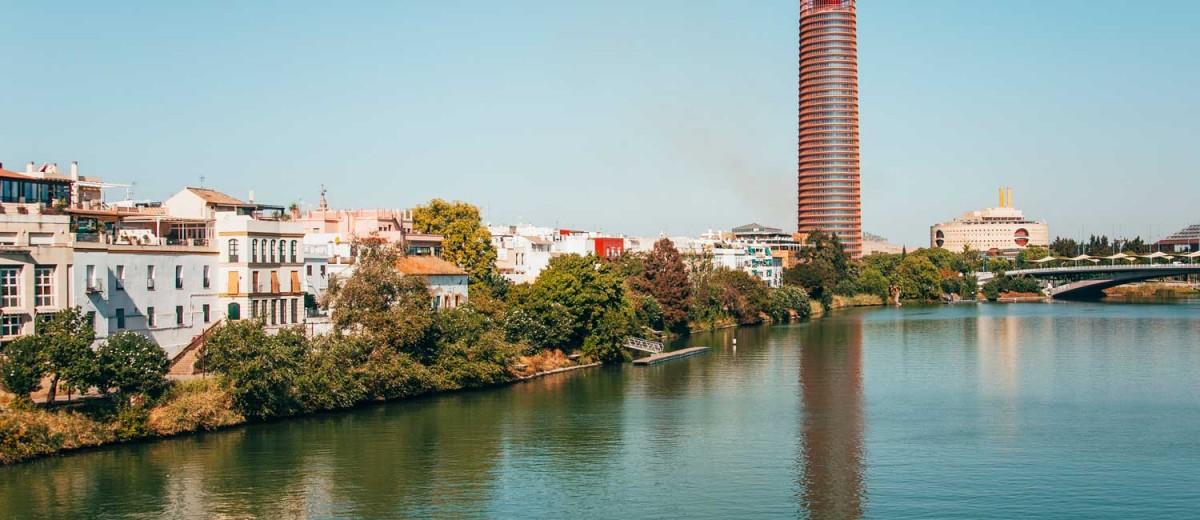 La Torre Sevilla desde el río Guadalquivir. Foto de MarioGuti, istock