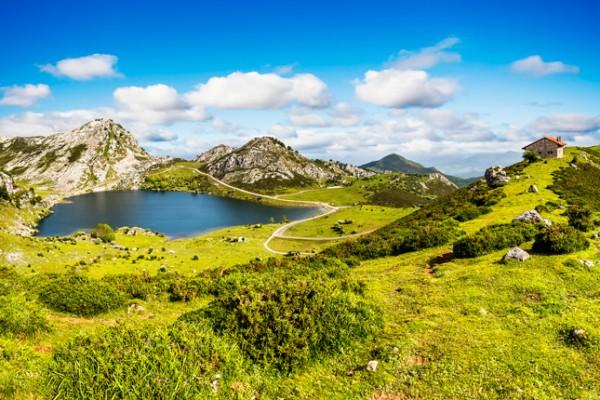Lago Enol y refugio de montaña, Asturias ©istock, MarquesPhotography