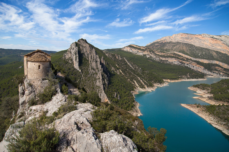 Vista de la Hermita de la Pertusa y al fondo la Serra del Montsec ©santirf, iStock