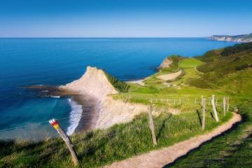 Sendero en la costa de Zumaia ©Mimadeo, iStock