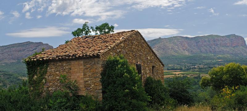 Antigua casona abandonada entre Pobla y Tremp ©clodio, iStock