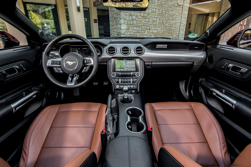 Interior del Ford Mustang 2018 Royal Crimson