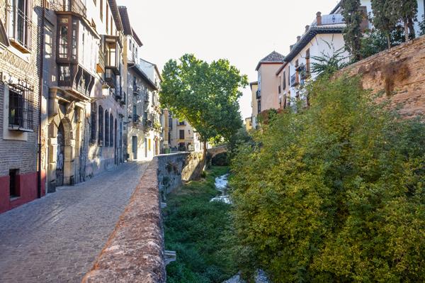 Paseo junto al río cerca del Palacio de los Ovidados ©iStock
