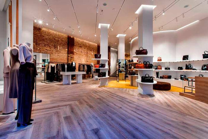 Interior de la nueva tienda de Adolfo Domínguez en Paseo de Gracia, Barcelona